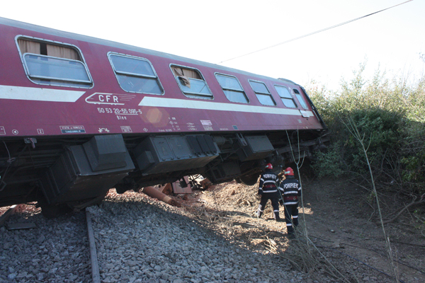 Un tren de călători a deraiat între Topleţ şi Băile Herculane