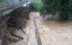 Ploile torențiale au surupat calea ferată între Orăștie și Caransebeș