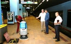 În toiul nopții, Directorul Metrorex controlează curăţenia din metrou