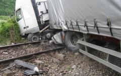 Accident feroviar la Caracal. Un tir a fost spulberat de un tren