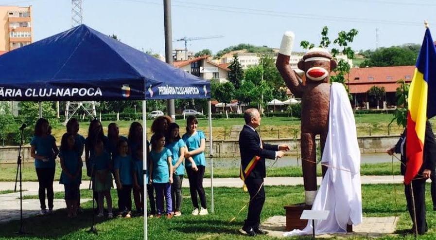 emil boc - dezvelire statuie maimuta