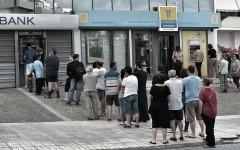 Grecia închide băncile după retragerile masive de euro de la bancomate