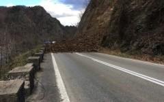Drumul Național DN 7, blocat pe Valea Oltului, între Căciulata și Brezoi, de bolovani căzuți de pe versant