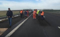 Zăpada din luna ianuarie a topit asfaltul pe Autostrada Soarelui. CNADNR cârpește asfaltul cu plombe