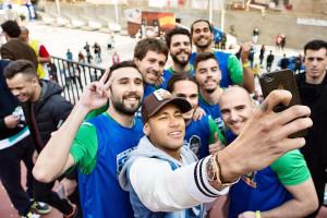 neymar-face-un-selfie-cu-niste-fani