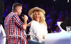 Delia este răsfățată la X Factor. Un concurent îi face masaj în timp ce cântă